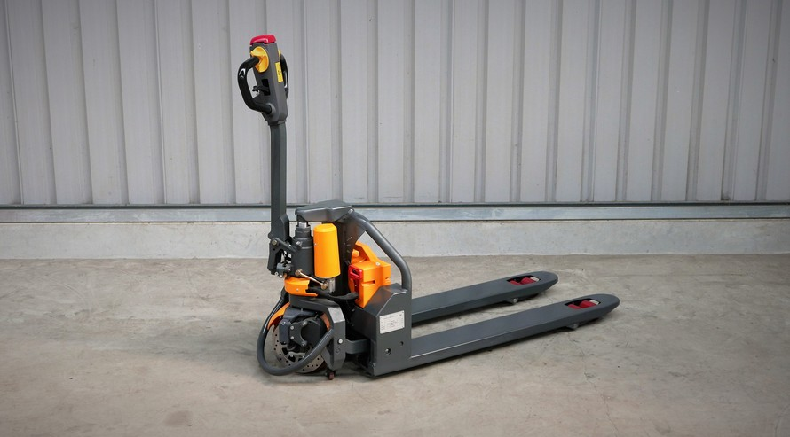 Quiktruk E15 is a new powered pallet truck from Simpro, with 1500kg capacity, stepless A/C drive and an exchangeable Li-ion battery for 24/7 operation
